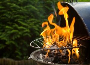 Beim Grillen einen Anzündkamin benutzen