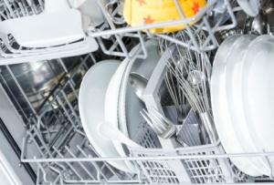 Geruch in Spülmaschine mit Hausmitteln beseitigen