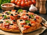Selbstgemachte Pizza im Pizzaofen backen