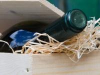 Weinflasche mit Zeitungspapier verpacken